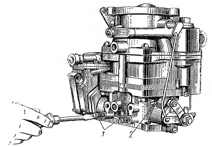 Рис. 26. Регулировка системы холостого хода карбюратора ЗИЛ-130: 1 — винты регулировки; 2 — упорный винт.