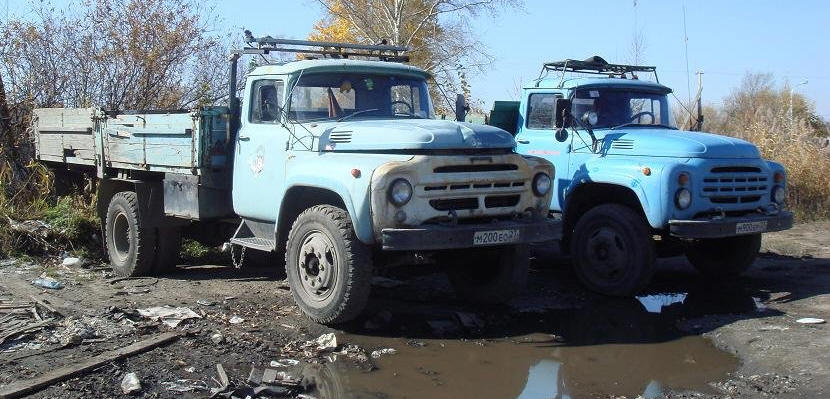 На этом фото хорошо видны внешние различия ЗиЛ-130 (слева) и ЗиЛ-130-76 (справа).