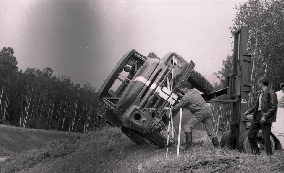А вот и опытный грузовик с усиленной кабиной: раз, два, взяли!