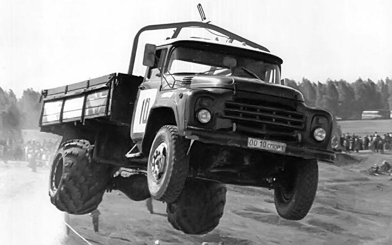Хорошая энерговооруженность и прочная кабина сделали ЗИЛ-130 отличным «кроссменом». 130-е и сегодня продолжают выступать в автокроссе.
